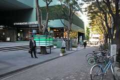 近隣はオフィス街なので、カフェや飲食店も多いです。(2011-11-01,共用部,ENVIRONMENT,1F)