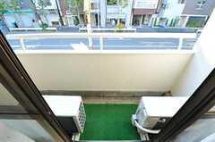 ベランダには、室外機が2台置かれています。(202号室)(2012-12-24,専有部,ROOM,2F)
