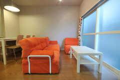 オレンジのソファが特徴的。(2010-09-14,共用部,LIVINGROOM,1F)