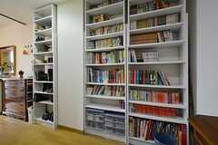 本棚の様子。入居者さんが持ち寄った本がたくさん。(2015-10-21,周辺環境,ENTRANCE,1F)