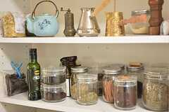 キッチン脇の棚。種類が豊富なハーブティーは、入居者さんの私物だそう。(2015-10-21,共用部,OTHER,3F)