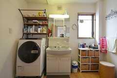 脱衣室には洗濯機と洗面台が置かれています。右手がバスルーム、左手がトイレです。(2015-10-21,共用部,LAUNDRY,3F)