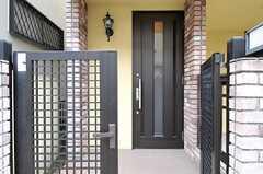 シェアハウスの正面玄関。(2011-08-24,周辺環境,ENTRANCE,1F)