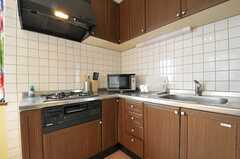 キッチンはL字形です。角には電子レンジが置かれています。(2011-08-24,共用部,KITCHEN,2F)