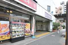 シェアハウスから都営地下鉄大江戸線・落合南長崎駅の様子。(2011-08-24,共用部,ENVIRONMENT,1F)