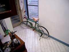 玄関前に止められた自転車。これは住人さんの私物。(2006-06-15,周辺環境,ENTRANCE,1F)
