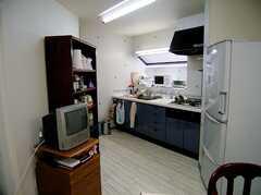ラウンジ脇に設置されたキッチン(2006-06-15,共用部,KITCHEN,1F)