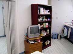 ラウンジに設置されたTVと調理用具棚(2006-06-15,共用部,TV,1F)