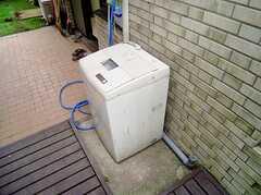 庭に設置された洗濯機(2006-06-15,共用部,LAUNDRY,1F)