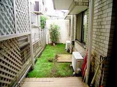 ラウンジから出入りしやすく、気持ちの良い庭の様子。(2006-06-15,共用部,OTHER,1F)