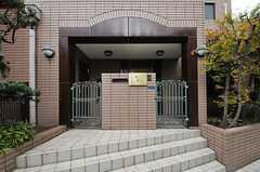 正面玄関までは、少し階段を上がります。(2012-11-19,周辺環境,ENTRANCE,1F)