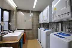 洗面台と洗濯機・乾燥機の様子。(2012-11-19,共用部,LAUNDRY,1F)