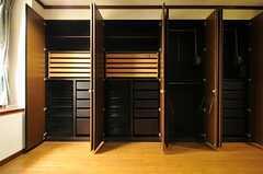 壁一面の収納。(101号室)(2012-11-19,専有部,ROOM,1F)