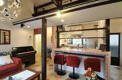 シェアハウスのリビングの様子3。カウンターテーブルもあります。(2011-04-08,共用部,LIVINGROOM,1F)