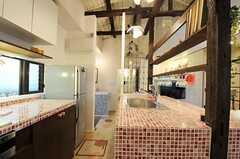 シェアハウスのキッチンの様子。もちろん、市販されていないので手作りです。(2011-04-08,共用部,KITCHEN,1F)