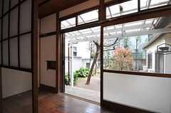 専有部の様子2。テラスに面しています。(104号室)(2011-04-08,専有部,ROOM,1F)