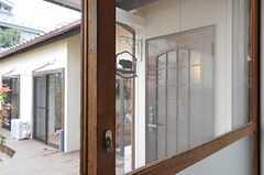 木製の窓枠に捻締錠。(104号室)(2011-04-08,共用部,OTHER,1F)