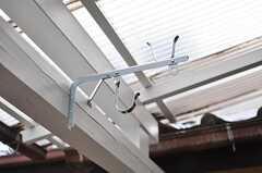 屋根付きで、テラスでは物干しもできます。(2011-04-08,共用部,OTHER,1F)