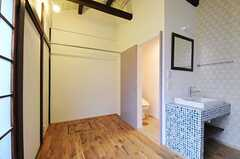洗面台とトイレが付いています。(106号室)(2011-04-08,専有部,ROOM,1F)