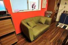 リビングに置かれたソファ。(2011-06-21,共用部,LIVINGROOM,3F)