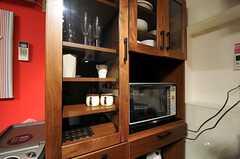 食器棚に収納されたキッチン家電の様子。(2011-06-21,共用部,KITCHEN,3F)