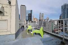 テーブルと椅子が設置され、くつろぐことができます。(2011-06-21,共用部,OTHER,6F)