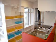 キッチンの様子2。オレンジとブルーのトレイは入居者用のストッカー。(3F)(2007-01-22,共用部,KITCHEN,3F)