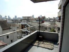共用のベランダ。六本木ヒルズ、東京タワーも一望。物干しOKとの事。(2007-01-22,共用部,OTHER,4F)