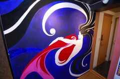 専有部の様子2。壁画はツバキアンナさんの作品。風水の要素も取り入れ、住む女性が幸せになれるように書いてくれたそうだ。(101号室)(2008-04-25,専有部,ROOM,1F)