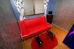 専有部の様子6。真っ赤なソファベッド。(101号室)(2008-04-25,専有部,ROOM,1F)