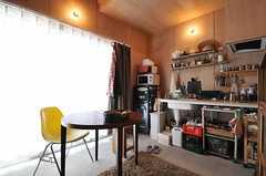 リビングの様子。各住戸の中にキッチンや水まわり設備が付いています。(103号室)(2013-05-19,専有部,ROOM,1F)