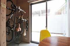 窓の外は共用で使える庭です。(103号室)(2013-05-19,専有部,ROOM,1F)