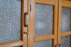 アンティークの棚はダイアガラスが使われています。とても雰囲気が良いです。(103号室)(2013-05-19,共用部,OTHER,1F)
