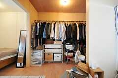 ポールを渡して作った洋服掛け。(103号室)(2013-05-19,専有部,ROOM,2F)