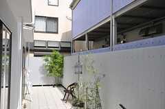 お隣さんと繋がる庭。(2013-05-19,共用部,OTHER,1F)