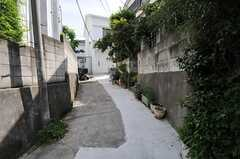 通りから見て、路地の先に建っています。(2013-05-19,共用部,ENVIRONMENT,1F)