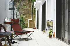 庭には住人さんのチェアなど置かれています。(2013-06-30,共用部,OTHER,1F)