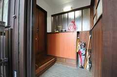 正面玄関から見た内部の様子。左手のドアの先がリビングです。(2013-12-25,周辺環境,ENTRANCE,1F)