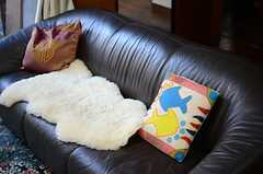 革張りのソファはスリーシーター。(2013-12-25,共用部,LIVINGROOM,1F)