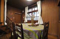 ダイニングテーブルの様子2。正面奥のドアの先がキッチンです。(2013-12-25,共用部,LIVINGROOM,1F)