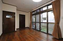 専有部の様子2。左手のドアから直接水まわりのある廊下に出ることが出来ます。(101号室)(2013-12-25,専有部,ROOM,1F)