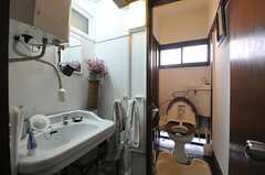 トイレの手前には洗面台が設けられています。(2013-12-25,共用部,OTHER,2F)