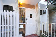 正面玄関の様子。ドアは英国からやってきたアンティークなのだそう。(2012-09-09,周辺環境,ENTRANCE,1F)