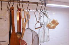 調理用具は引っ掛けて収納します。(2013-10-10,共用部,KITCHEN,1F)
