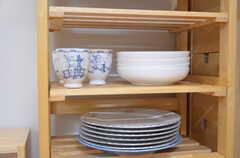 キッチンワゴンには食器が置かれています。ムーミンのカップもあります。(2012-09-09,共用部,KITCHEN,1F)