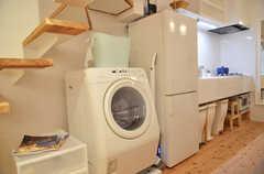 階段下にある、ドラム式洗濯乾燥機の様子。(2012-09-09,共用部,LAUNDRY,1F)