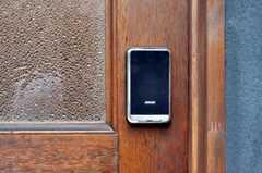 玄関の鍵は非接触ICカード式。(2010-05-28,周辺環境,ENTRANCE,1F)