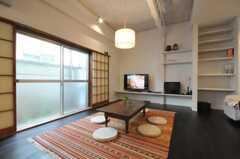 シェアハウスのリビングの様子3。窓も大きい。(2010-05-28,共用部,LIVINGROOM,1F)