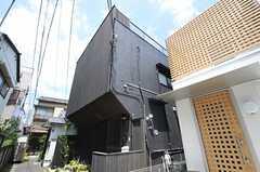 シェアハウスの外観。木のルーバーを用いた和風な建築です。(2012-07-04,共用部,OUTLOOK,1F)