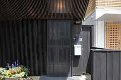 シェアハウスの正面玄関は引き戸です。(2012-07-04,周辺環境,ENTRANCE,1F)